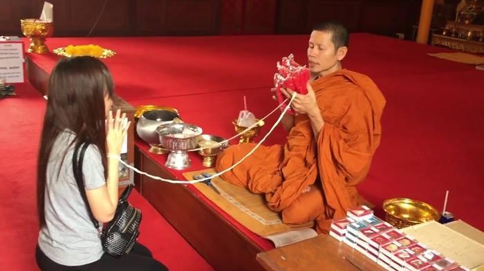 Thỉnh vòng tại chùa Thái Lan